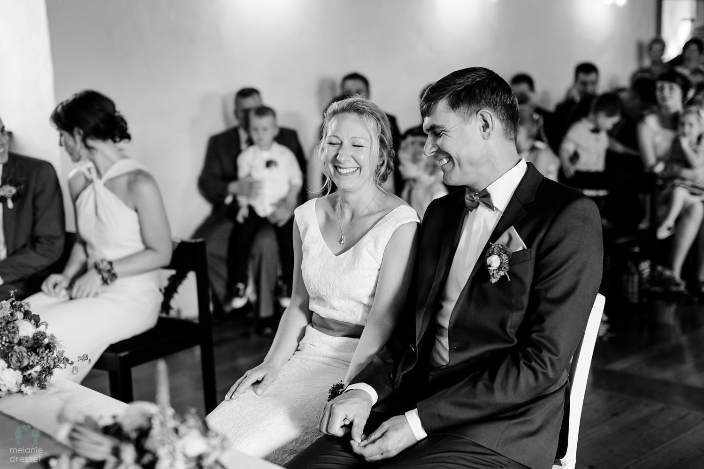 Lachendes Brautpaar während der Hochzeit in Ronneburg