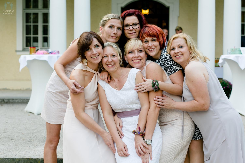 die Braut mit ihren besten Freundinnen im Schloß Schweinsburg