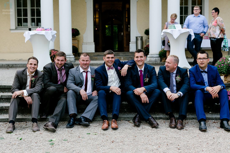 Bräutigam mit besten Freunden im Schloß Schweinsburg