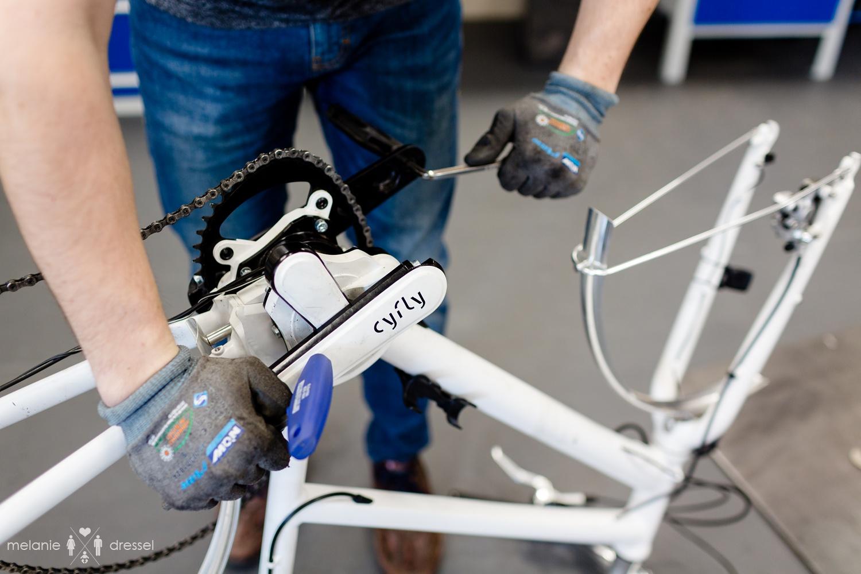 Mann baut cyfly in Fahrrad