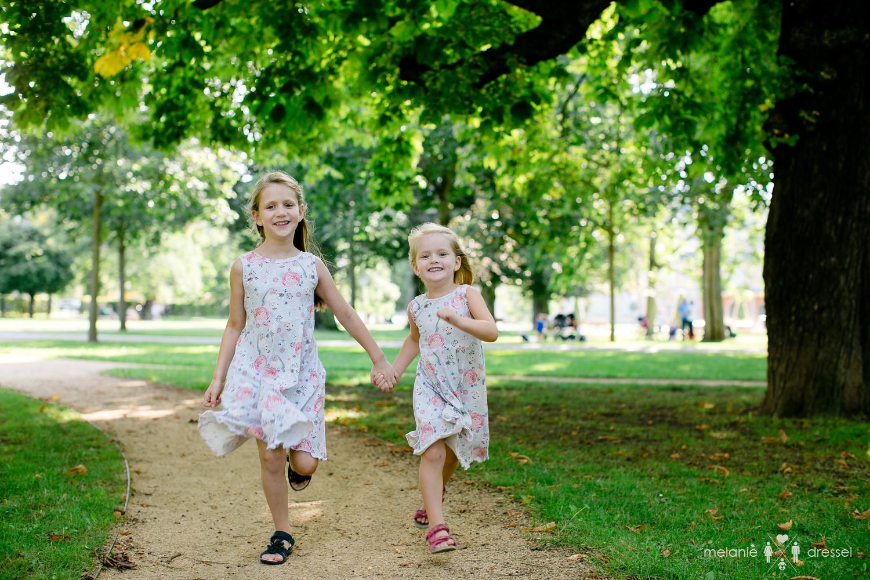 Familienfotografie rennende Kinder