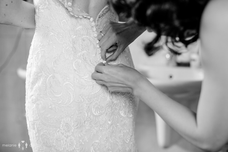 Brautkleid wird geschlossen