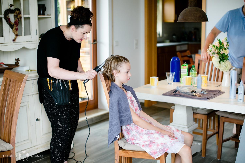 Kind wird vor Hochzeit in Gera frisiert