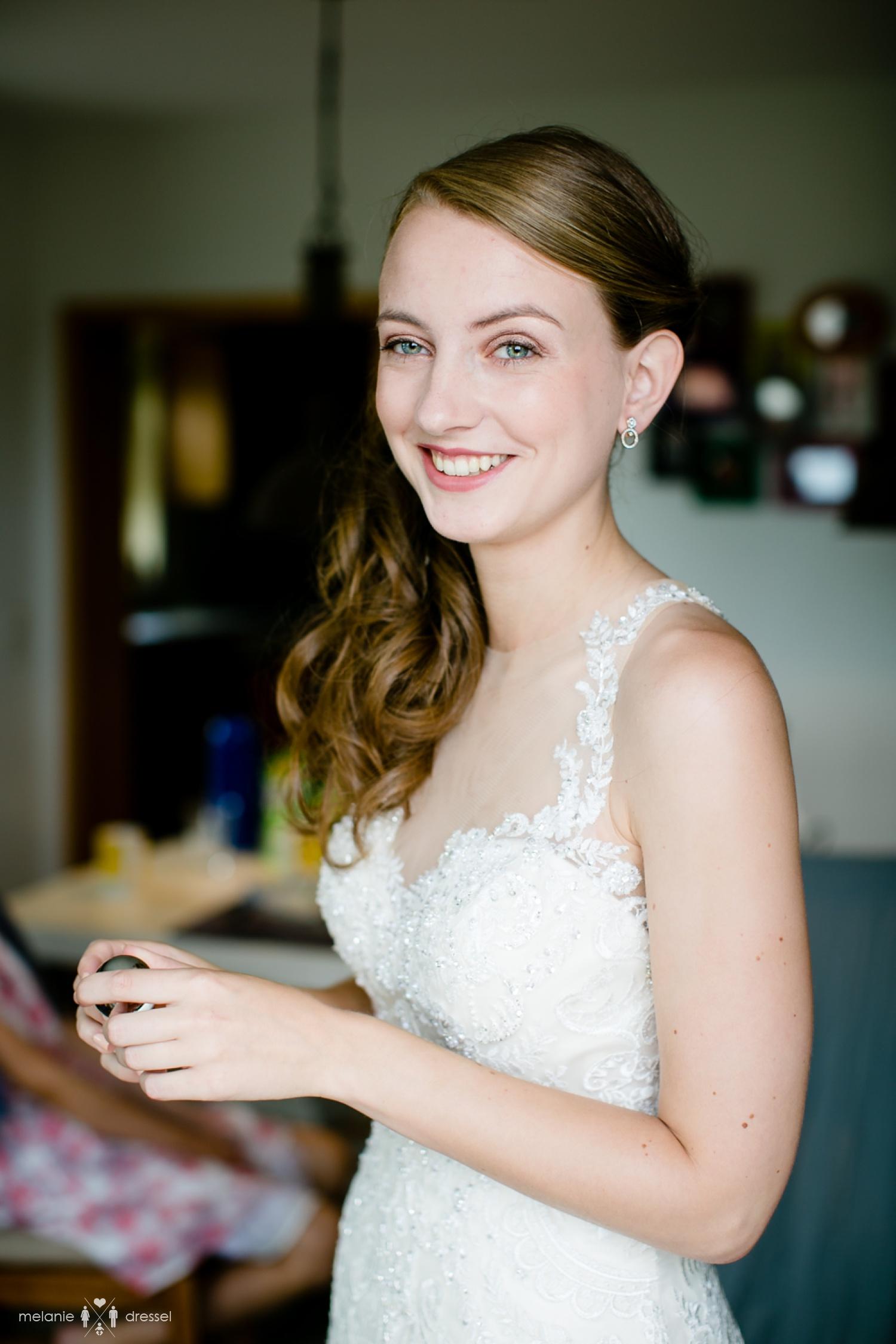 Braut legt bei Hochzeit in Gera Parfum an