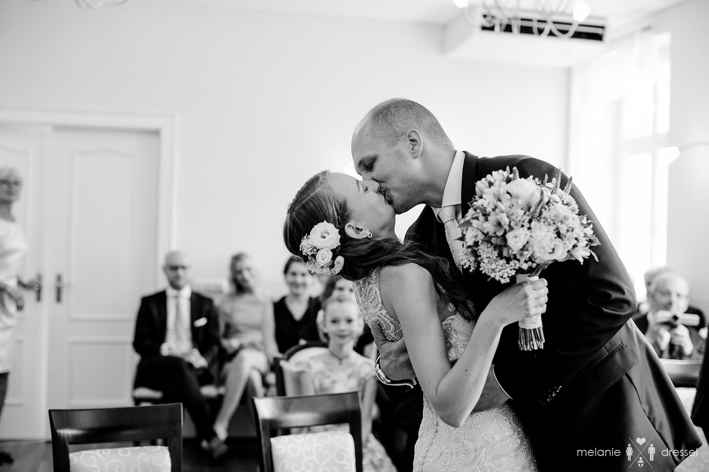 Brautpaar küsst sich bei Trauung im Standesamt Gera