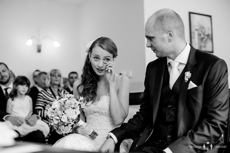 Braut trocknet Freudentränen im Standesamt Gera