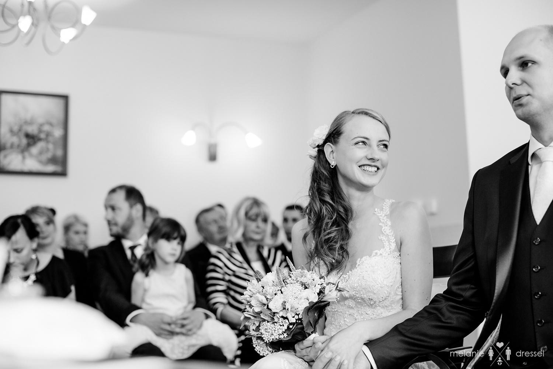 Braut lächelt Bräutigam an