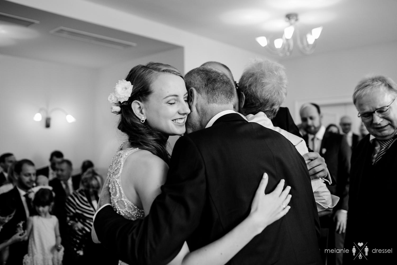 Vater gratuliert Braut im Standesamt Gera