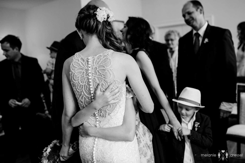 Braut wird umarmt im Geraer Standesamt