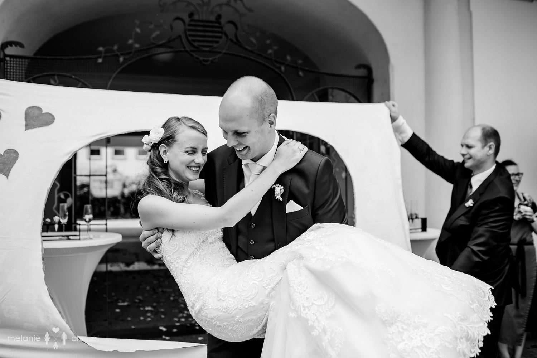 Bräutigam trägt Braut