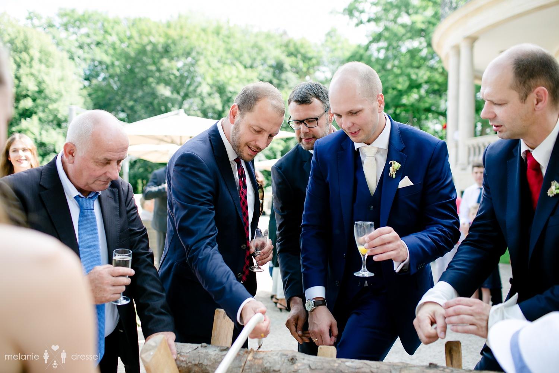 Bräutigam mit Freunden vor der Villa Altenburg