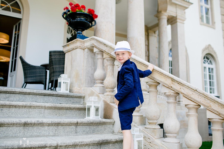 junger Hochzeitsgast auf den Treppenstufen der Villa Altenburg