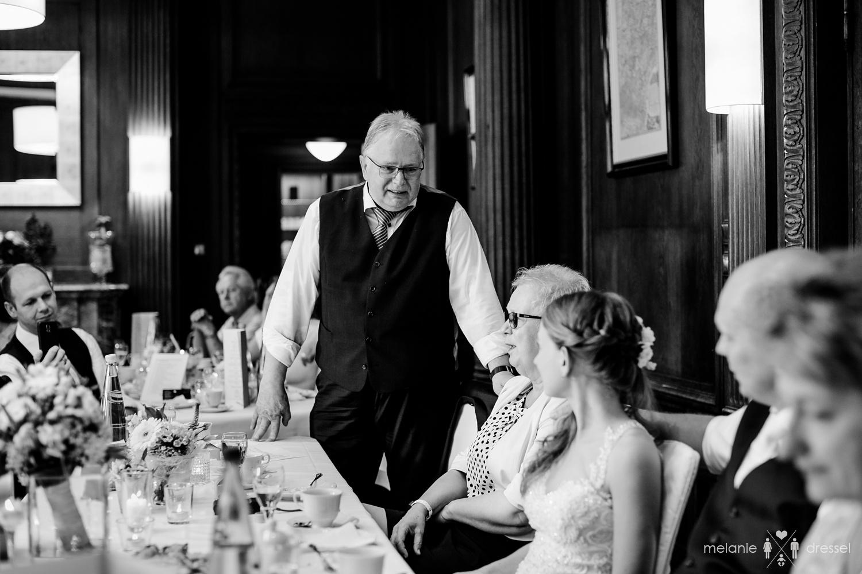 Vater des Bräutigams hält eine Rede in der Villa Altenburg