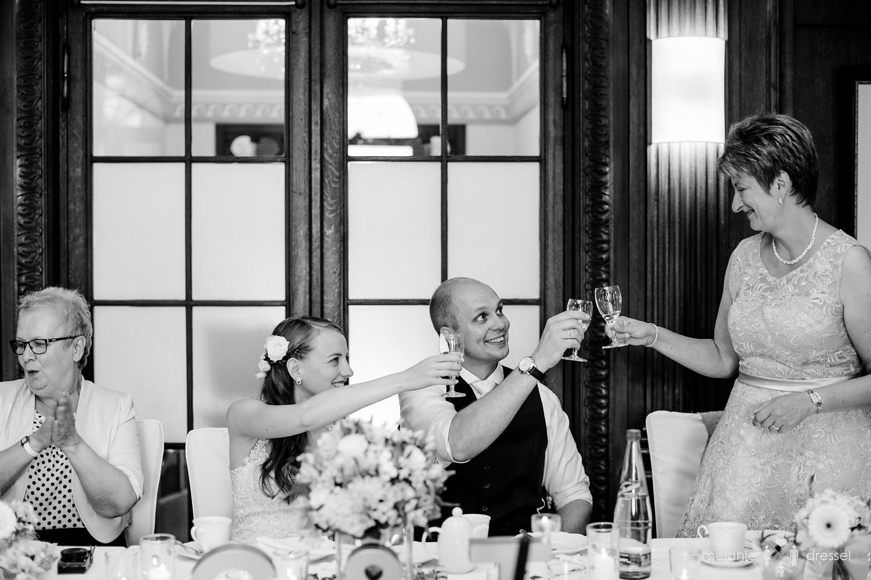Brautpaar stößt mit Brautmutter an