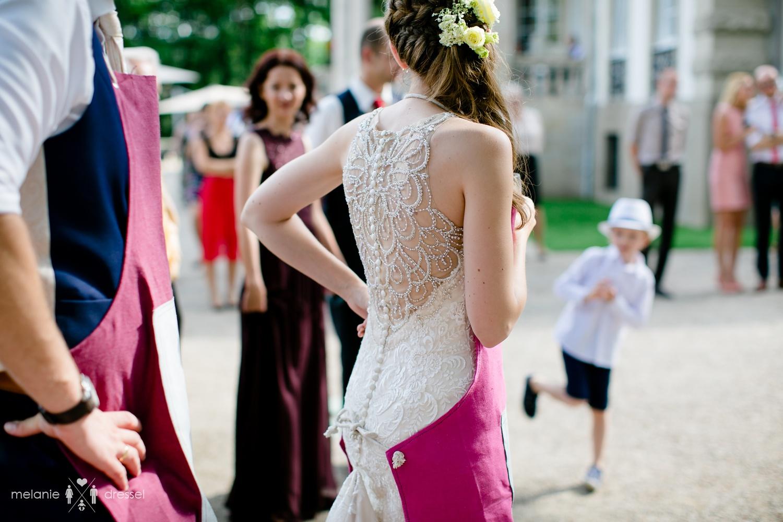 Braut und Bräutigam tragen Schürzen