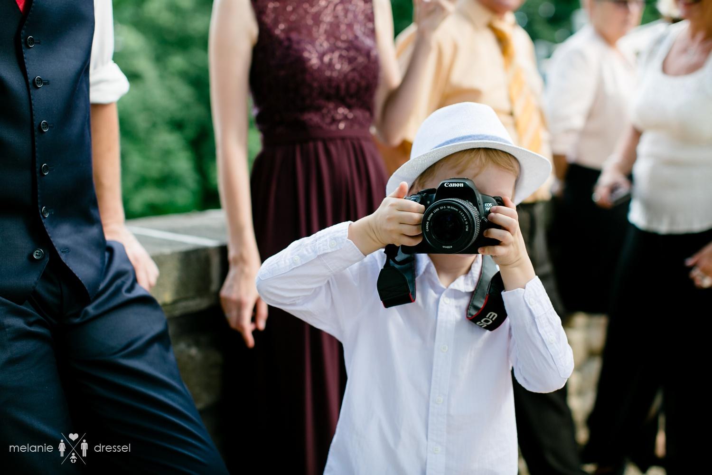 Junge fotografiert Hochzeitsfotografin