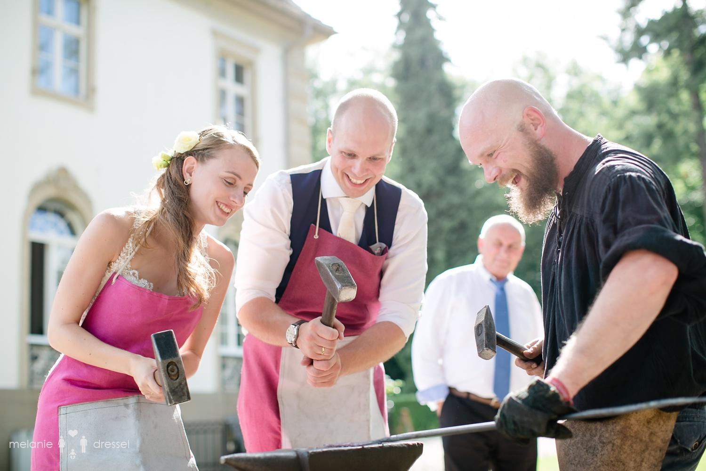 Hochzeitspaar mit Hämmern vor Villa Altenburg