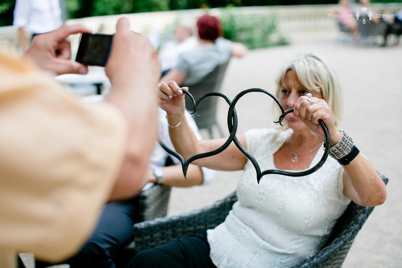 Gäste mit geschmiedeten Herzen bei Hochzeitsfeier in Villa Altenburg