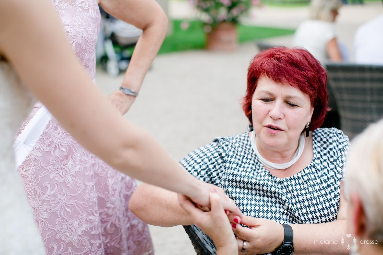 Gäste betrachten Ring der Braut bei Feier in Villa Altenburg