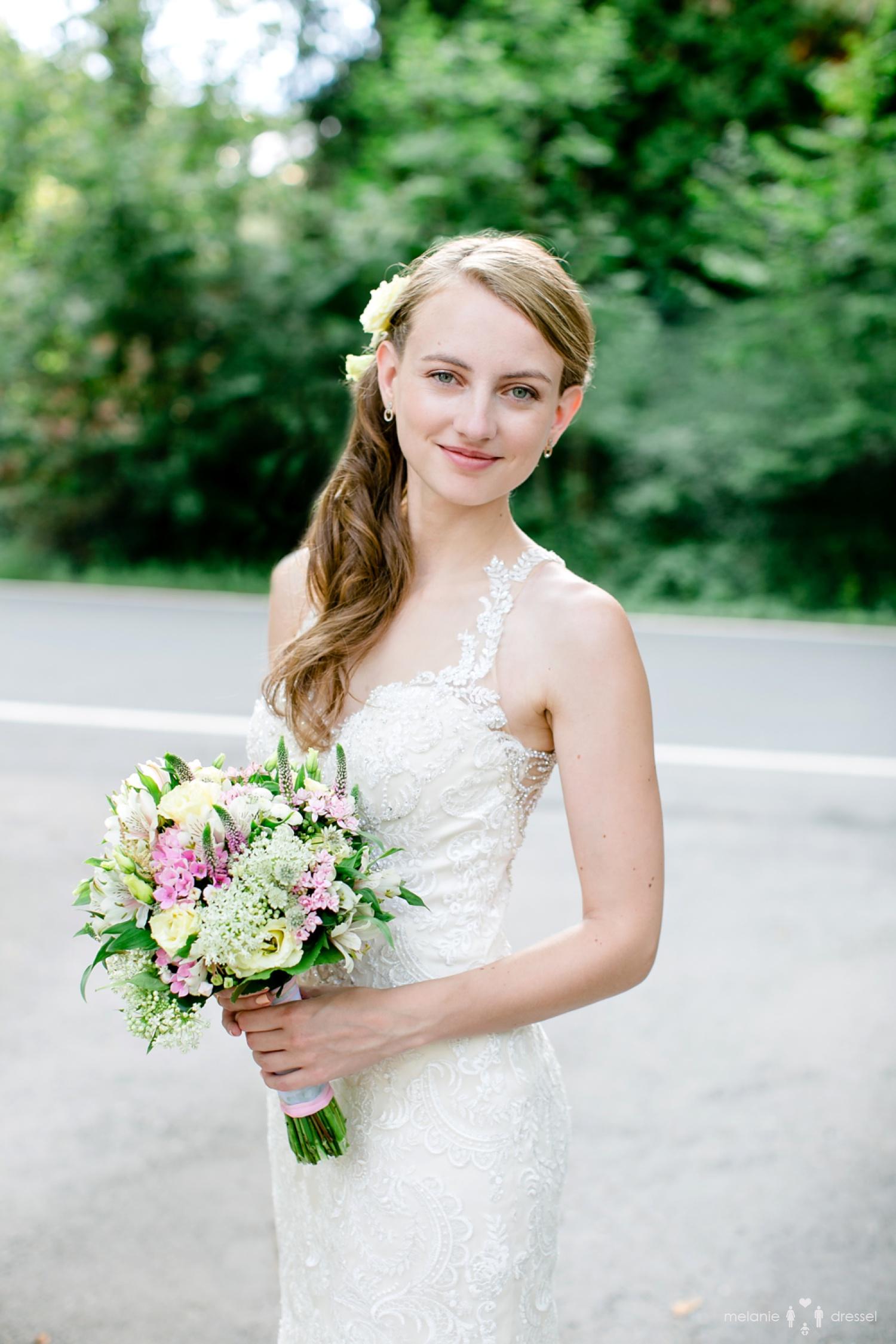 Einzelportrait einer Braut in der Auffahrt der Villa Altenburg