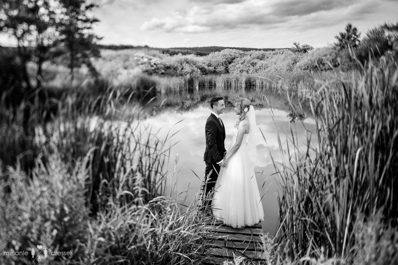 Brautpaar bei Hochzeit am See des Rittergut Positz