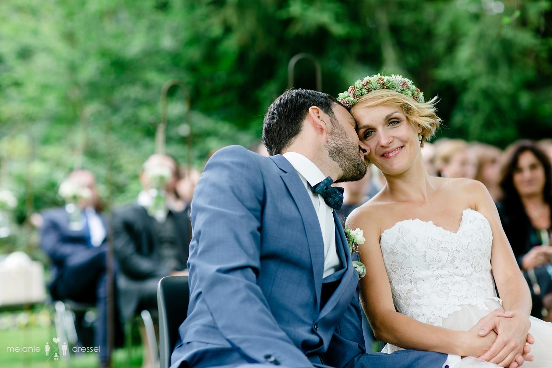 Küssendes Brautpaar bei Freier Trauung in Oberbayern