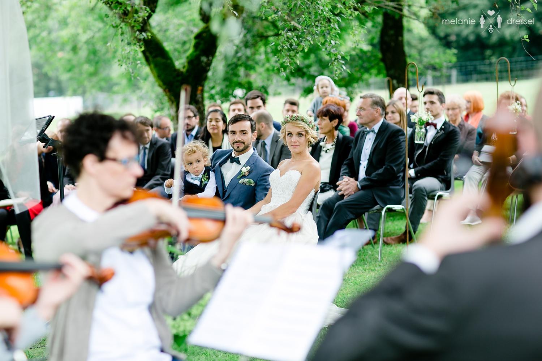 Freie Trauung untermalt durch Streicher / fotografiert von Hochzeitsfotograf Melanie Dressel