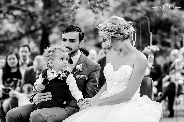 schöner Moment zwischen Braut und ihrem kleinen Sohn, fotografiert von Hochzeitsfotograf Melanie DresselFreie Trauung Passau