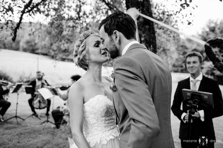 küssendes Brautpaar bei Freier Trauung in Bayern, fotografiert von Hochzeitsfotograf Melanie Dressel