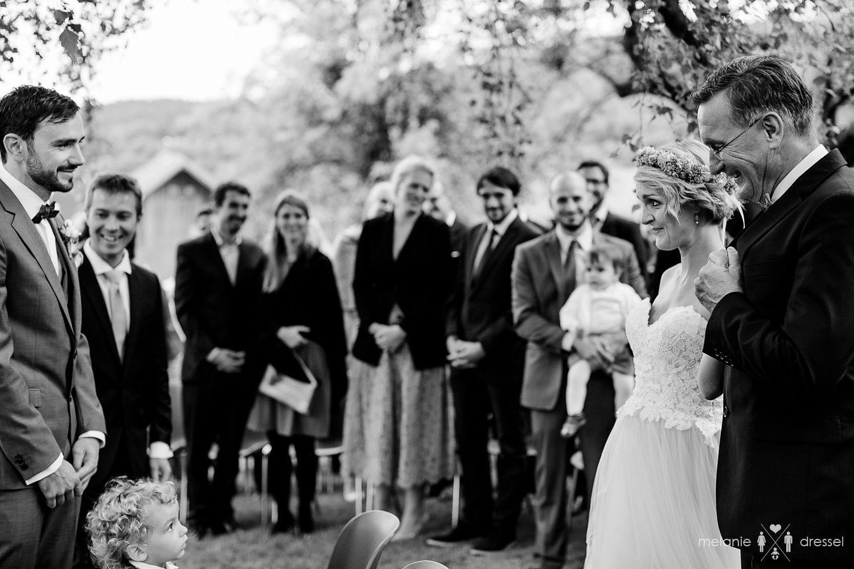 Der Braäutigam empfängt seine Braut während der Freien Trauung auf dem Berghof Buchet in Bayern