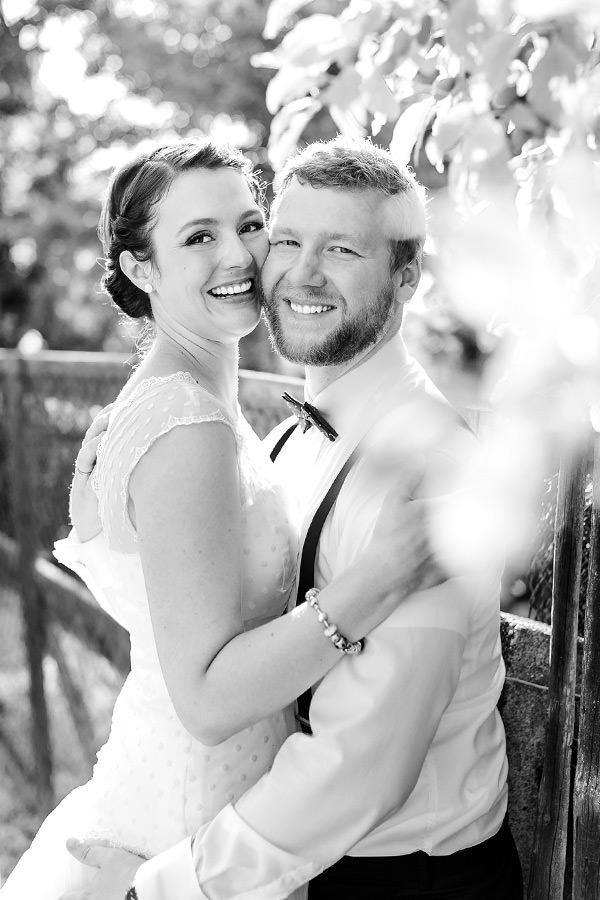 Brautpaar lächelt in die Kamera, schwarz / weiss Foto