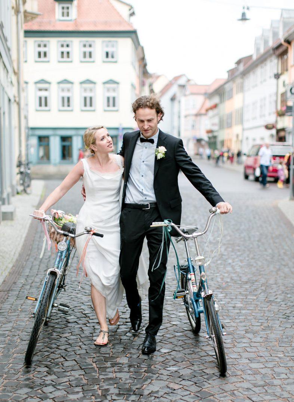 Brautpaar mit Fahrrad auf dem Weg zum Standesamt Erfurt / Hochzeitsfotograf Thüringen