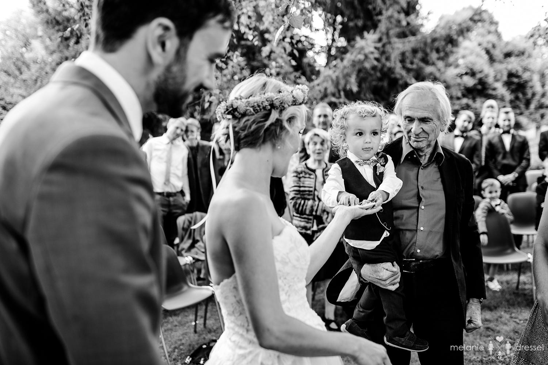 Ringübergabe bei Freier Trauung in Bayern, fotografiert von Hochzeitsfotograf Melanie Dressel