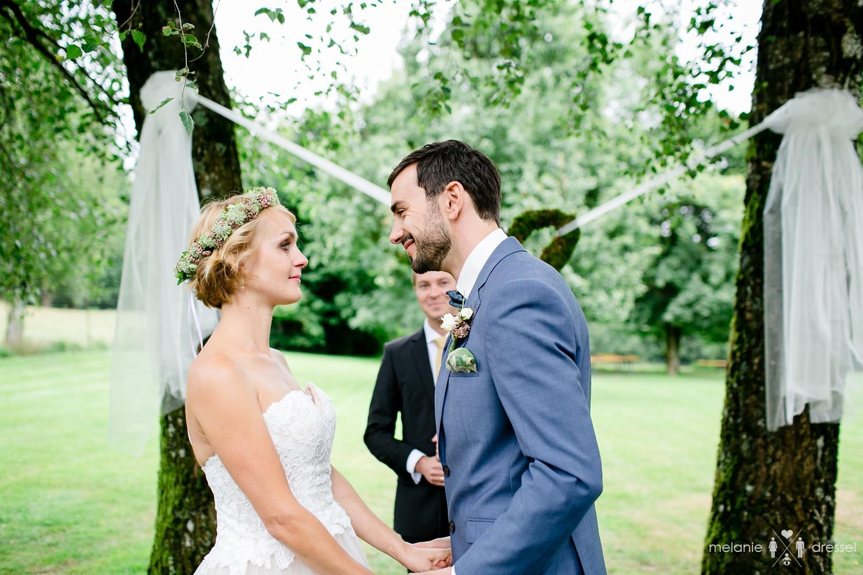 erster Kuss bei Freier Trauung in Bayern, fotografiert von Hochzeitsfotograf Melanie Dressel