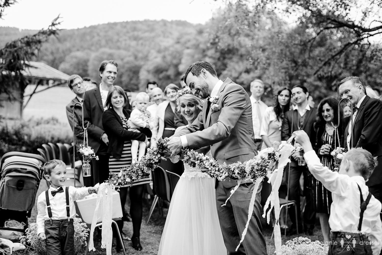 Freie Trauung auf einer bayrischen Wiese, fotografiert von Hochzeitsfotograf Melanie Dressel