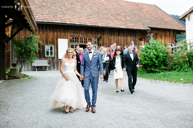 Hochzeitsgesellschaft auf dem Berghof Buchet, fotografiert von Hochzeitsfotograf Melanie Dressel