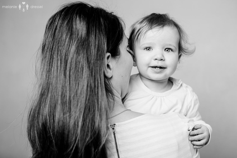 Mama und 1jähriges Kleinkind in schwarz/weiß