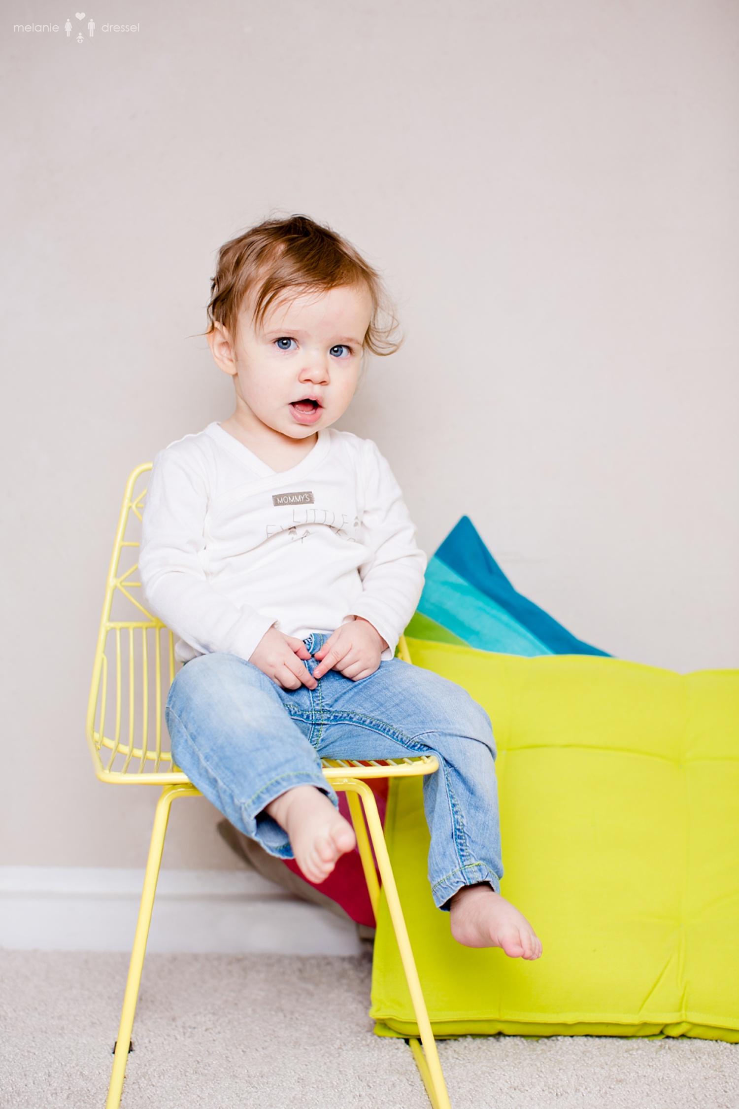 Kleinkind auf gelbem Kinderstul