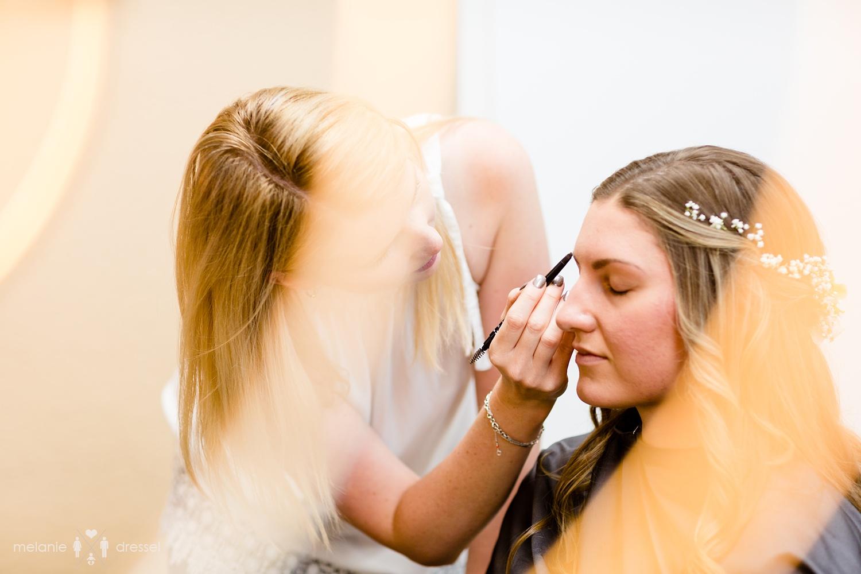 Braut wird im Salon Top Hair in Gera geschminkt