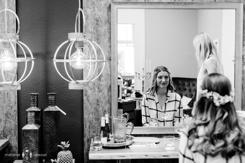 Braut betrachtet sich im Spiegel. Salon Top Hair Gera.