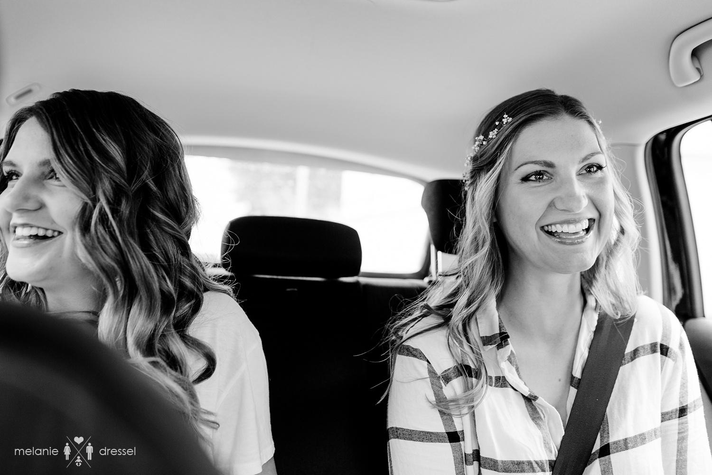 Braut mit Schwester im Auto. Fotografiert von Melanie Dressel, Gera.