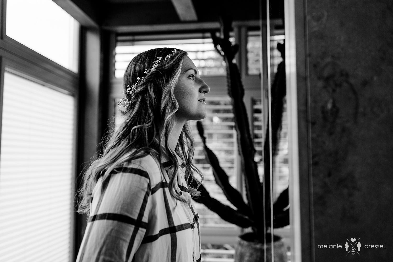 Braut betrachet sich im Spiegel. Fotografiert von Melanie Dressel, Gera.