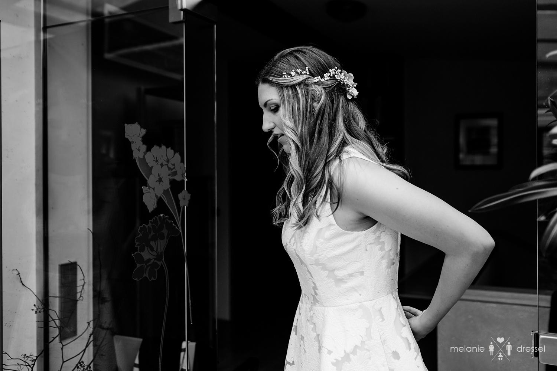 Braut zieht Brautkleid an. Fotografiert von Melanie Dressel, Gera.