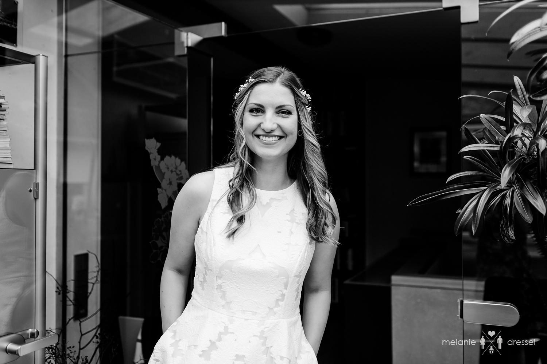 Braut lächelt glücklich in die Kamera. Fotografiert von Melanie Dressel, Gera.