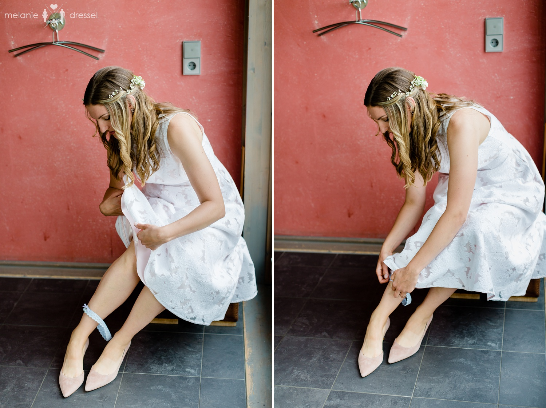Braut legt das Strumpfband an. Fotografiert von Melanie Dressel, Gera.
