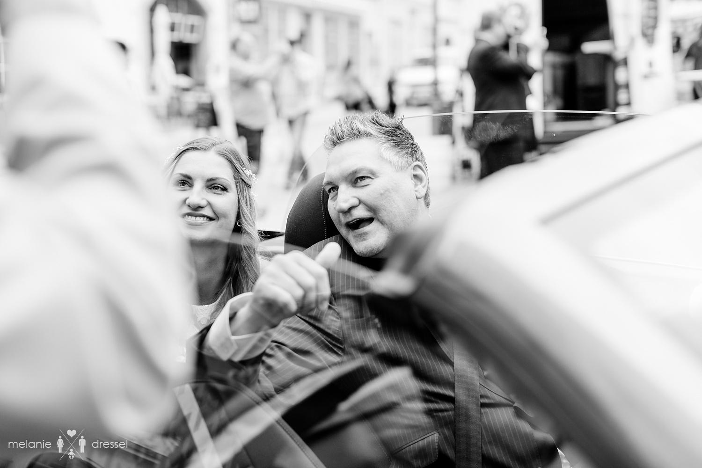 Braut und Brautvater im Auto. Fotografiert von Melanie Dressel, Gera.