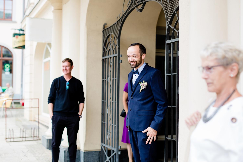 Bräutigam wartet auf Braut. Fotografiert von Melanie Dressel, Gera.