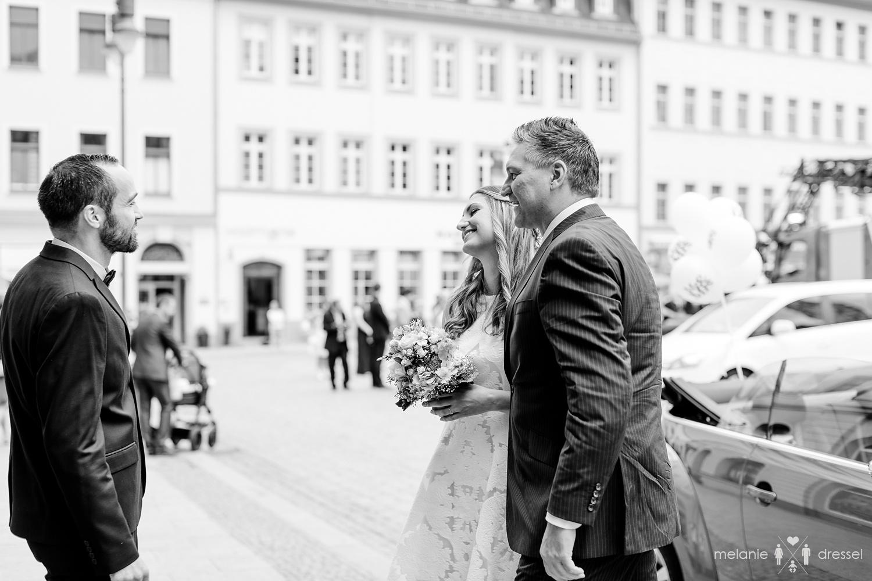 Bräutigam sieht Braut vor der Trauung. Fotografiert von Hochzeitsfotografin Melanie Dressel, Gera.