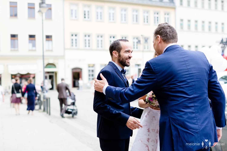 Schwiegervater begrüßt Bräutigam kurz vor der Trauung.