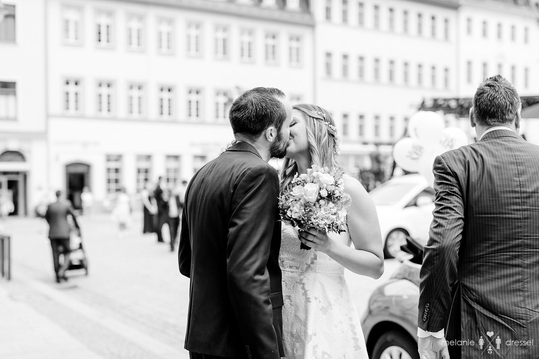 Braut und Bräutigam küssend vor der Trauung. Fotografiert von Hochzeitsfotografin Melanie Dressel, Gera.